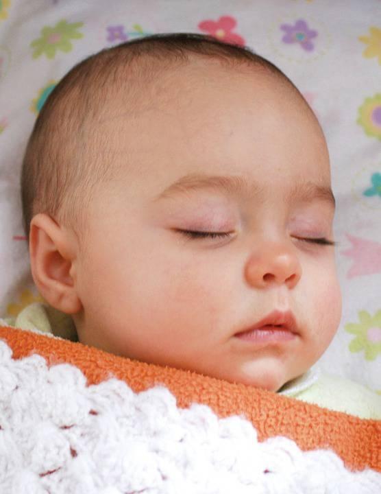婴儿后脑勺有一圈没头发的原因宝宝枕秃怎么办
