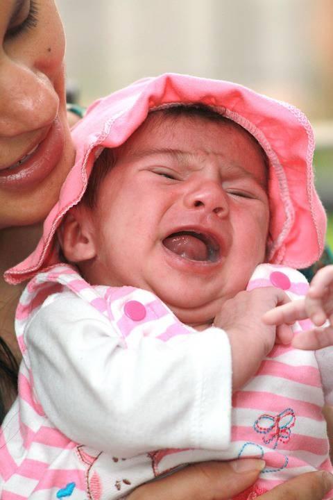 宝宝吐奶哭闹的原因宝宝吐奶哭闹怎么办